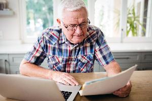 Vanha mies tietokoneella