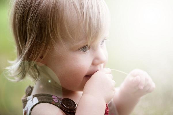 Pieni tyttö katsoo pitkälle tulevaisuuteen ab3e4c7f9a