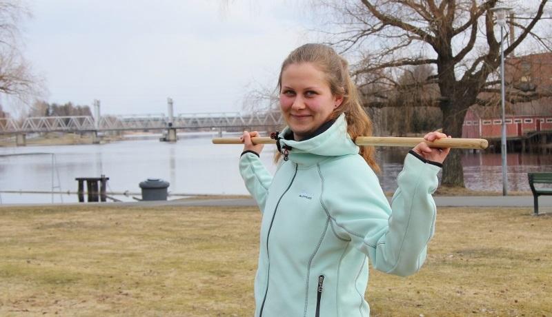 Kuvassa hankekoordinaattori Mira Kostamo puistossa joen rannalla